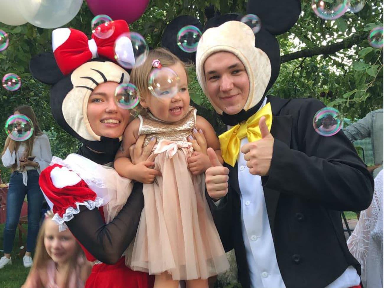 Аниматоры с ребенком на детском дне рождения ребенка в стиле «Минни и Микки Маус»