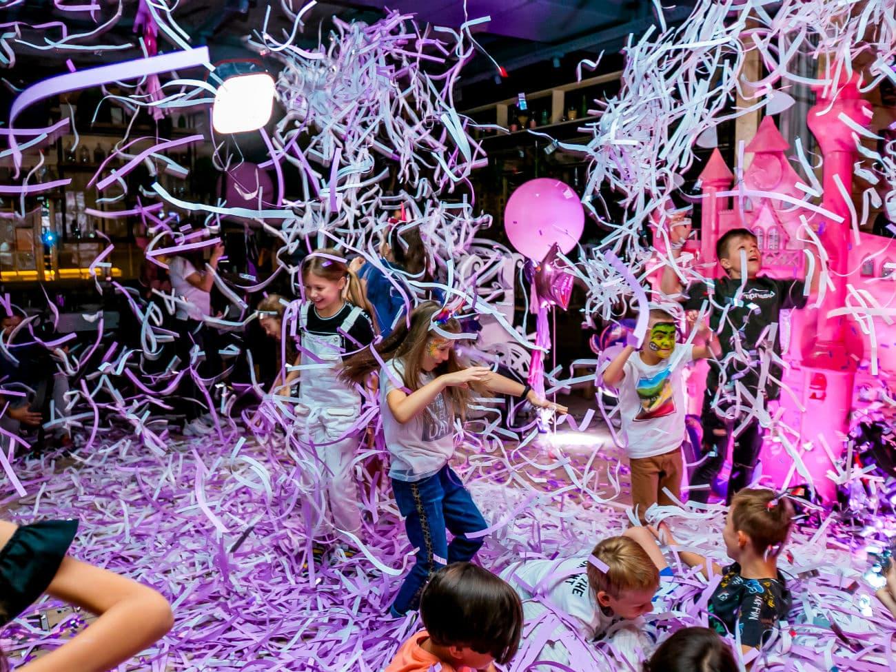 Дети участвуют в бумажном шоу — 022020