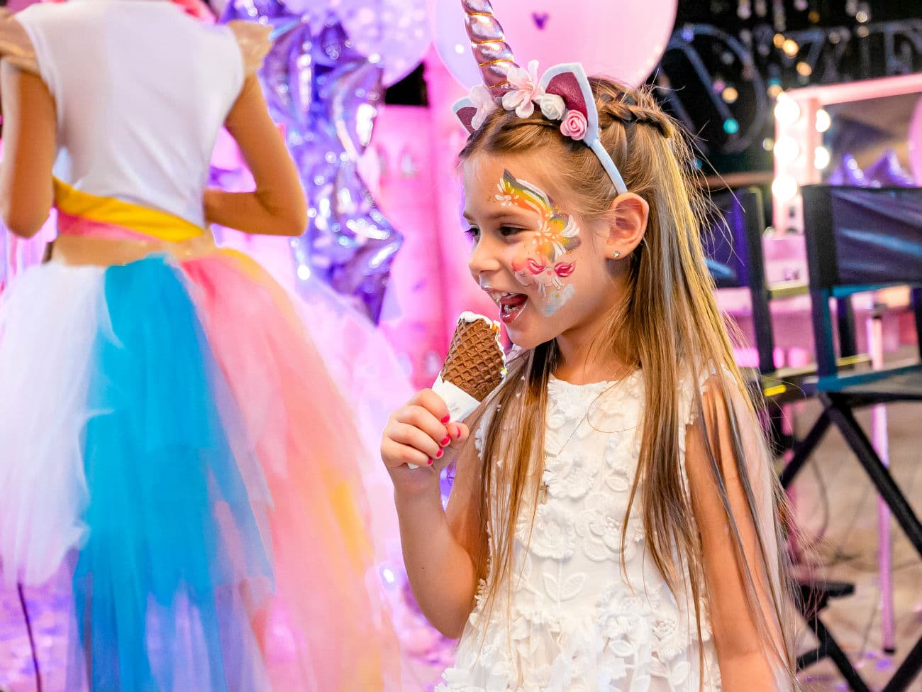 Красивая девочка в стиле Единорожек кушает мороженое