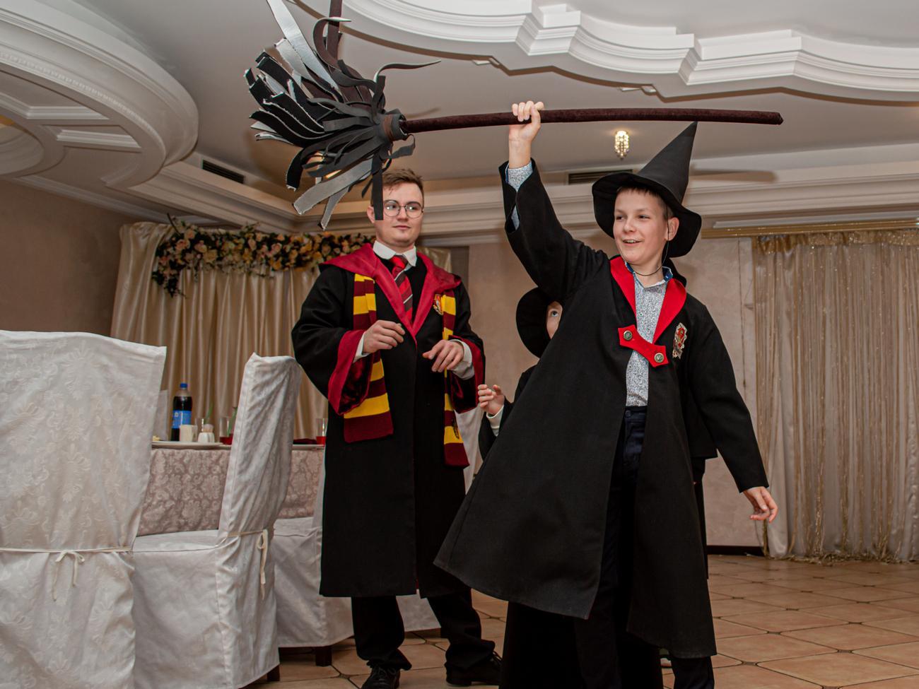 Ребенок завладел волшебной палочкой Гарри Поттера