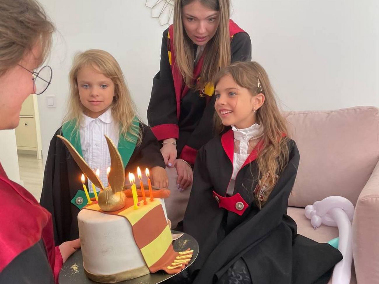 Гарри Поттер преподнес имениннице тематический торт