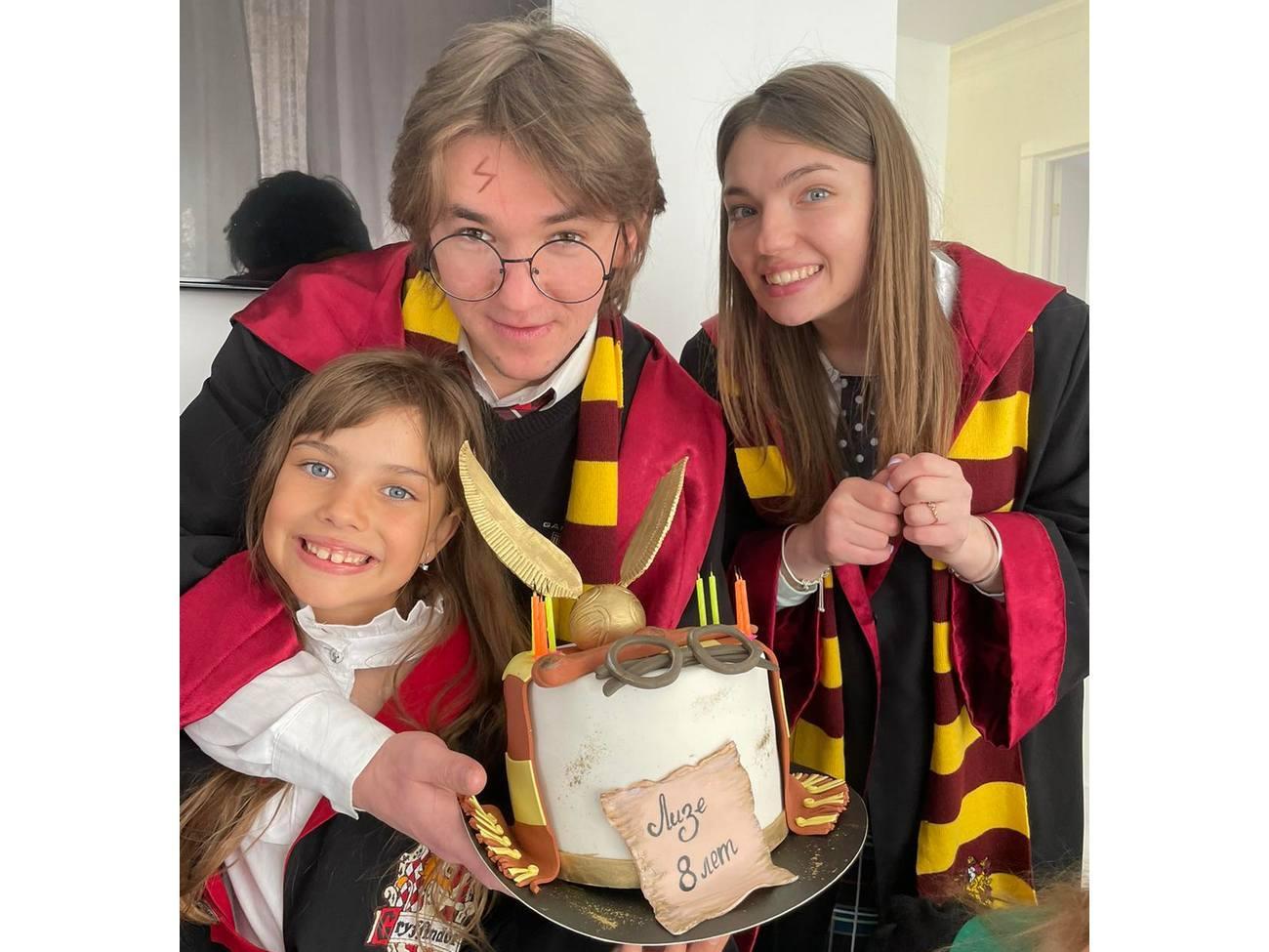 Именинница Лиза с аниматорами Гарри Поттером и Гермионой
