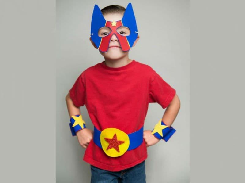 Маска, накладки на руки и пояс супергероя из фетра