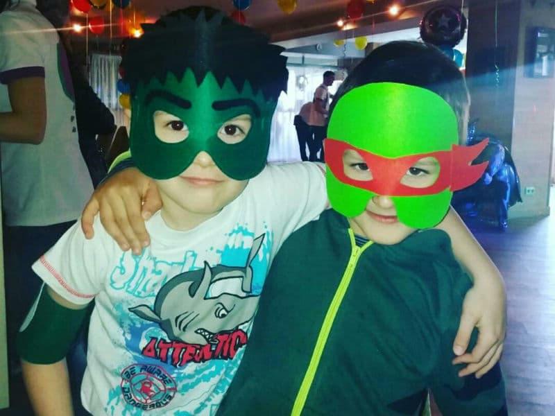 Дети празднуют день рождения в тематических масках Черепашки-нидзя из фетра