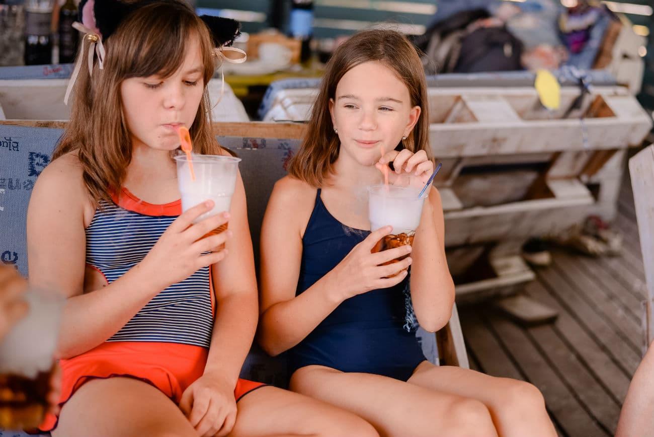Дети пьют коктейли на химическом шоу