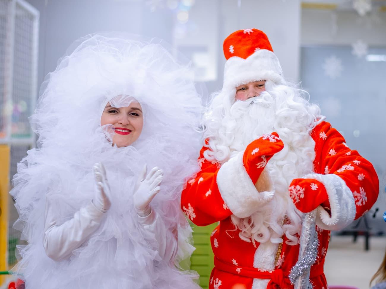 Дед Мороз и забавный пушистый Фьек