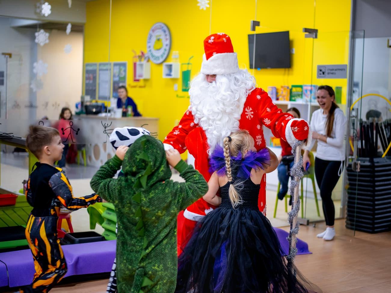 Детки общаются с Дедом Морозом