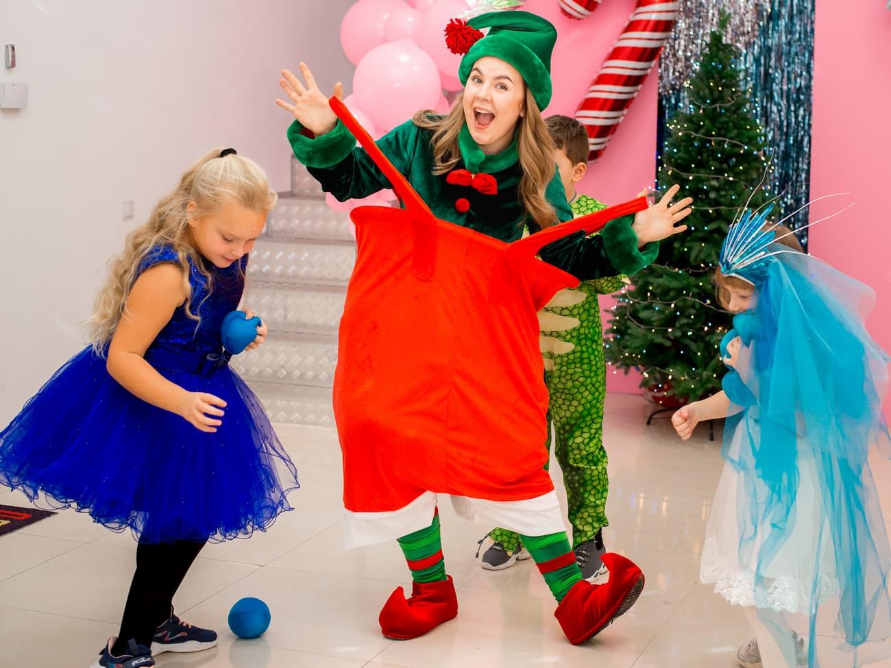 Веселый Эльф помогает участвовать девочке в конкурсах