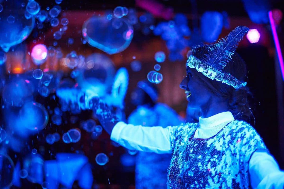 Красивые неоновые мыльные пузыри