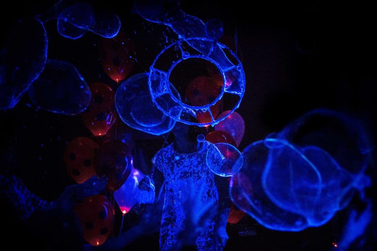 Яркое шоу неоновых мыльных пузырей