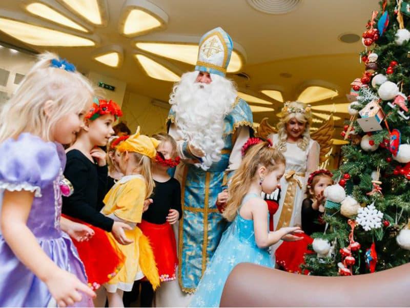 Святой Николай в спорткомплексе GYMMAXX поздравляет деток с праздником