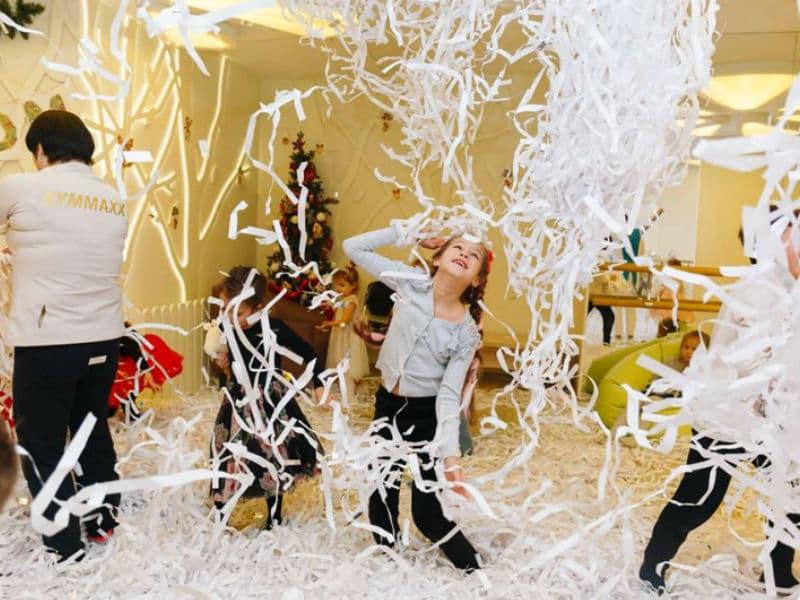 Дети в восторге от разлетающихся бумажных лент
