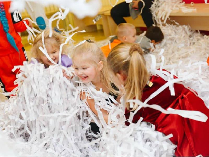 В программе празднования Дня Святого Николая - бумажное шоу