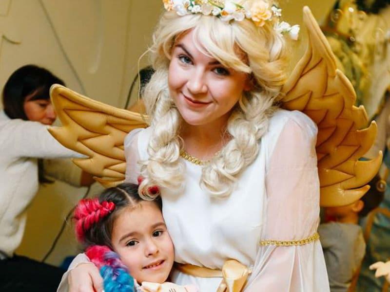 Помощница Святого Николая – прекрасный Ангел обнимает маленькую леди