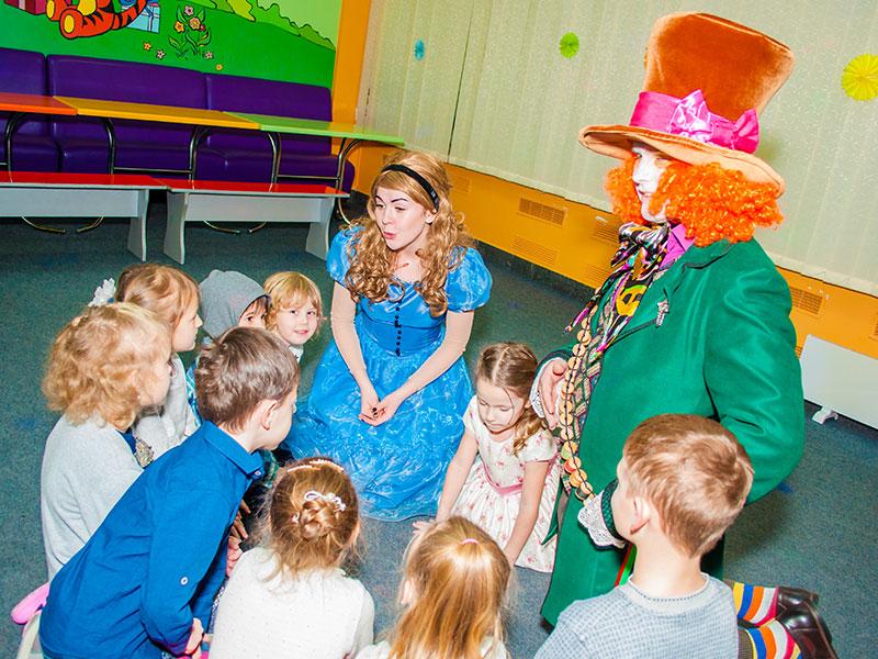 Аниматоры Алиса в стране чудес и Шляпник на детский день рождения